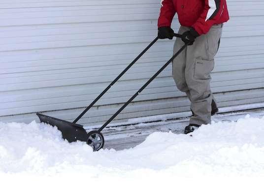 Уборка снега на дорогах в городе