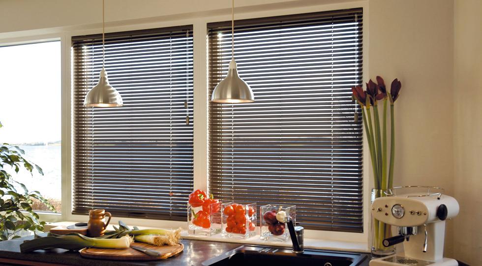 Алюминиевые жалюзи: виды и особенности установки на пластиковые окна4