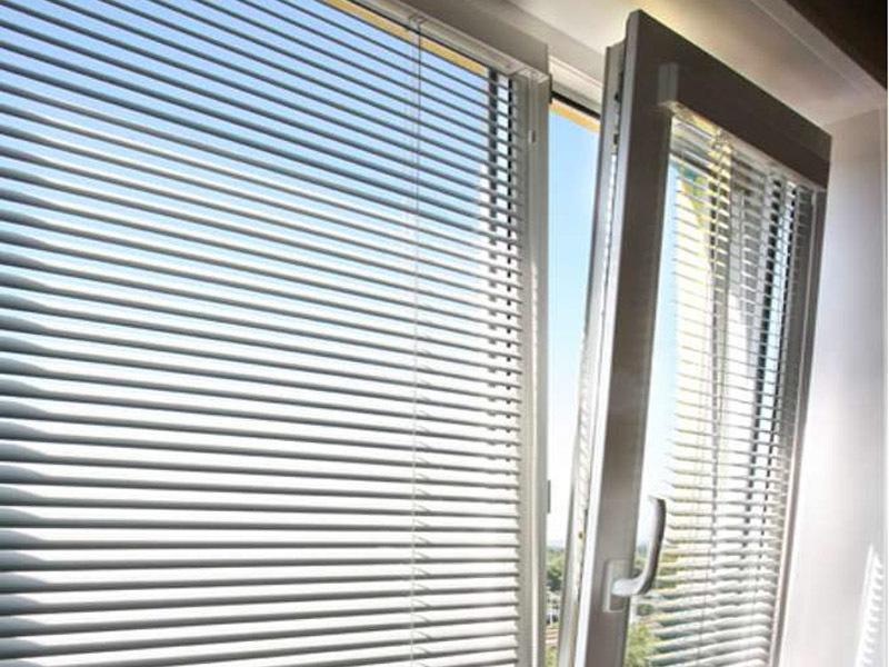 Алюминиевые жалюзи: виды и особенности установки на пластиковые окна5