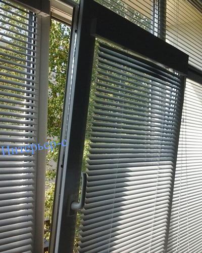 Алюминиевые жалюзи: виды и особенности установки на пластиковые окна6