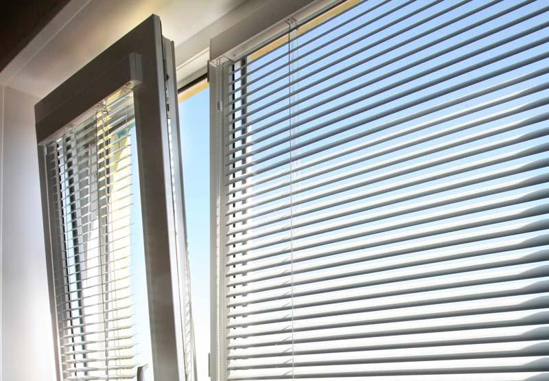 Алюминиевые жалюзи: виды и особенности установки на пластиковые окна0
