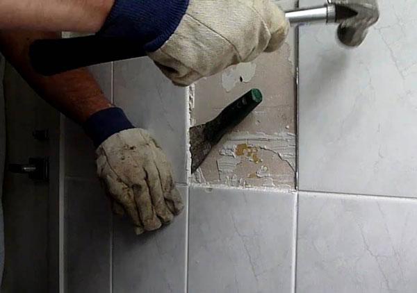 Демонтаж старой плитки в ванной комнате0