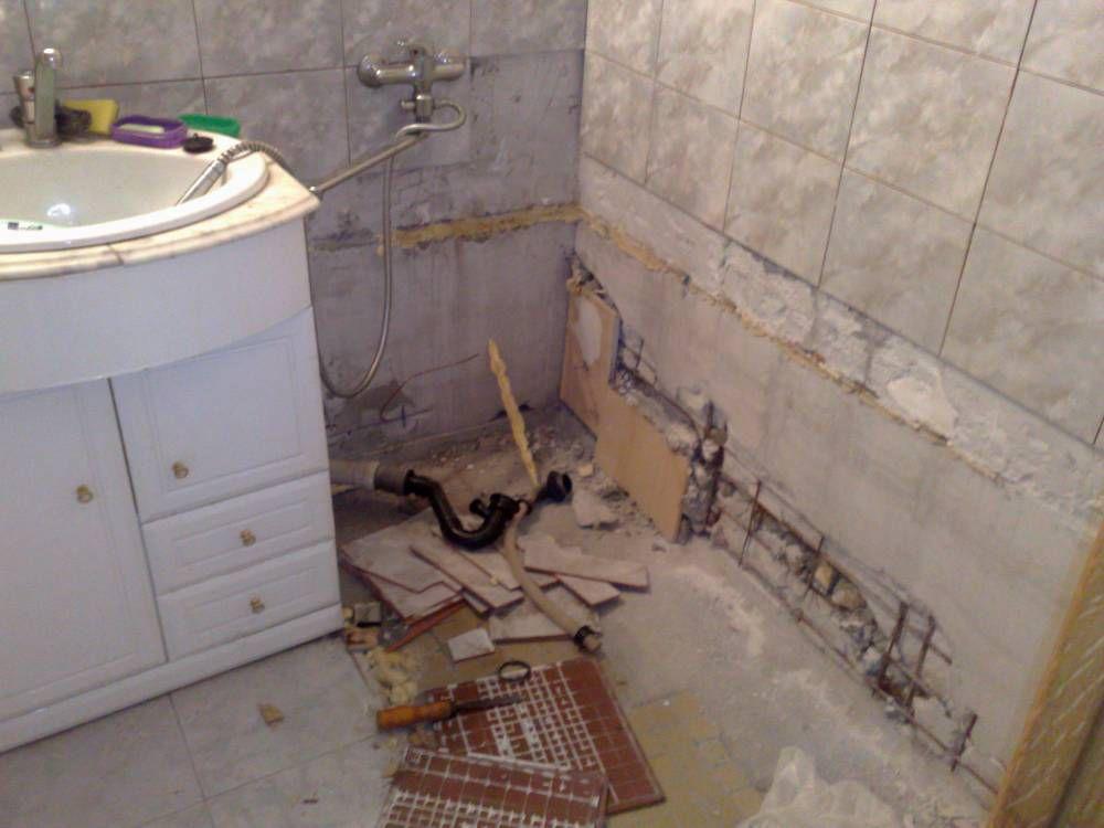 Демонтаж старой плитки в ванной комнате3