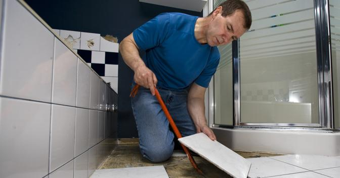 Демонтаж старой плитки в ванной комнате4