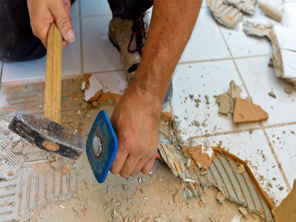 Демонтаж старой плитки в ванной комнате6