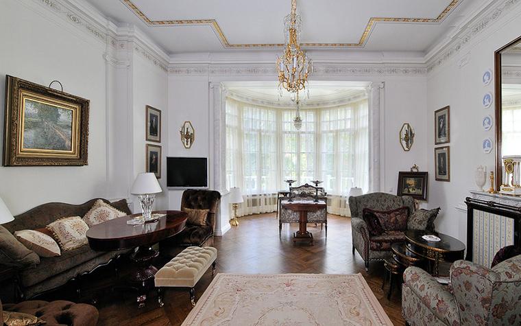 Дизайн гостиной с грациозным эркером4