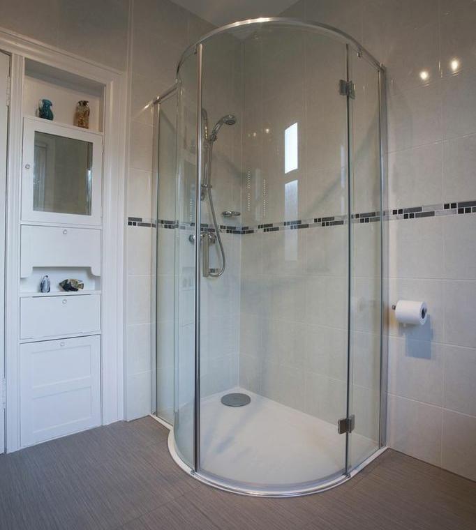 Душевая кабина с низким поддоном – оптимальное решение для небольших ванных комнат1