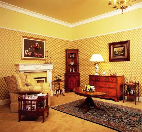 Гостиная с коричневыми, красными, золотыми обоями2
