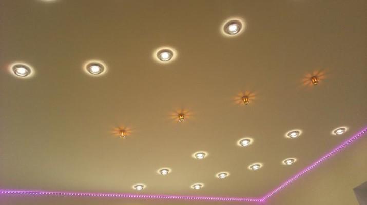 Идеи расположения светильников на натяжном потолке0