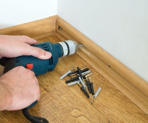 Как крепить пластиковый плинтус к полу: порядок работ2