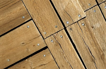 Как можно избавиться от скрипа деревянного пола?2