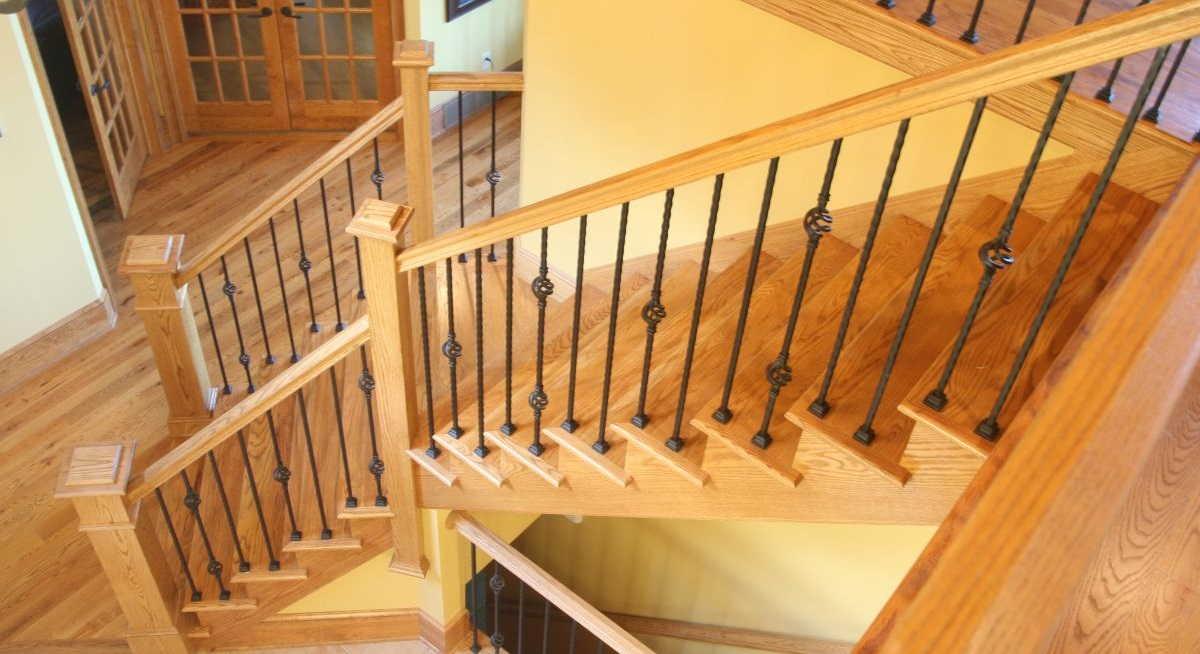 Как установить балясины и столбы на лестницу0