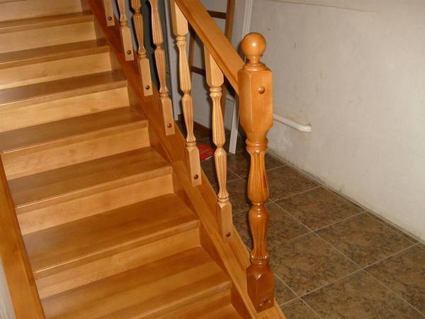 Как установить балясины и столбы на лестницу5