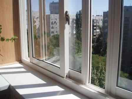 Какие балконы лучше, пластиковые или алюминиевые: подробный обзор0