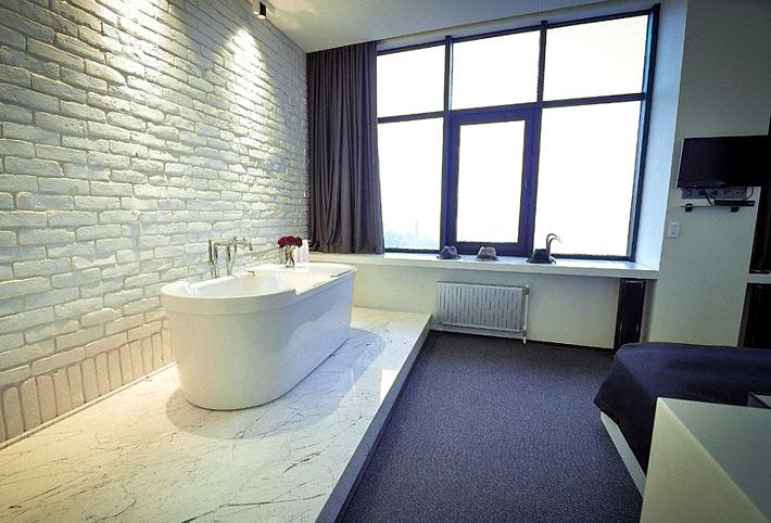 Кирпичная стена в дизайне интерьера ванной комнаты1