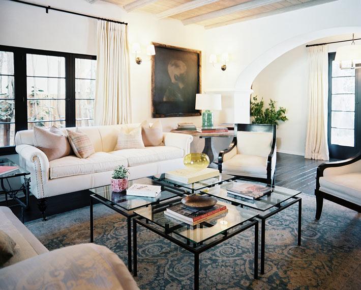 Композиции из модульных журнальных столиков в интерьере гостиной1
