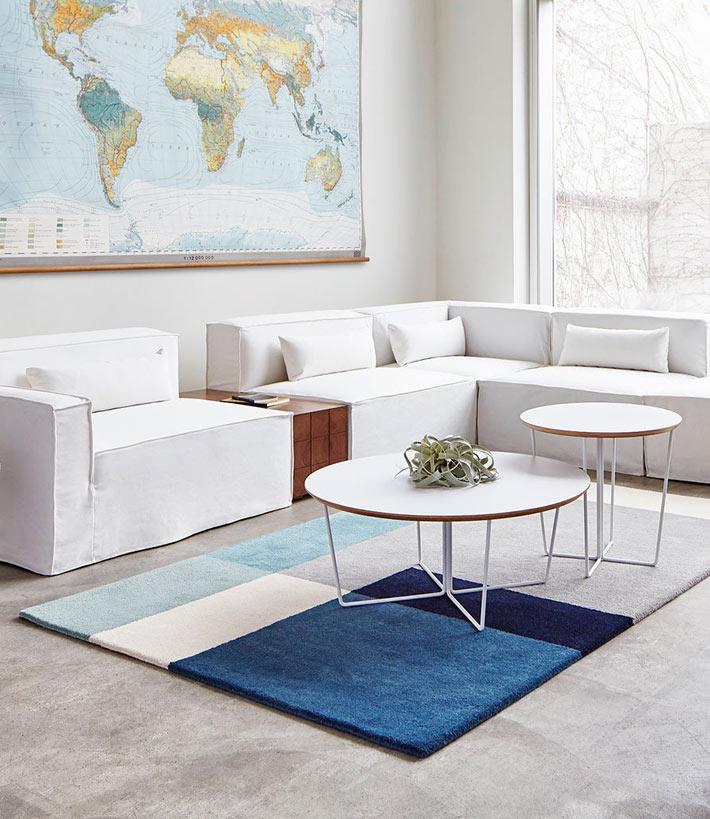 Композиции из модульных журнальных столиков в интерьере гостиной6