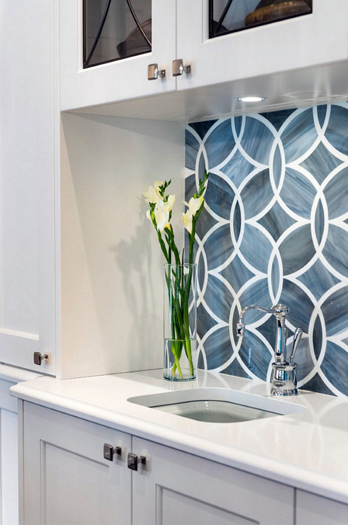 Красивая плитка с геометрическими узорами для кухонного фартука0