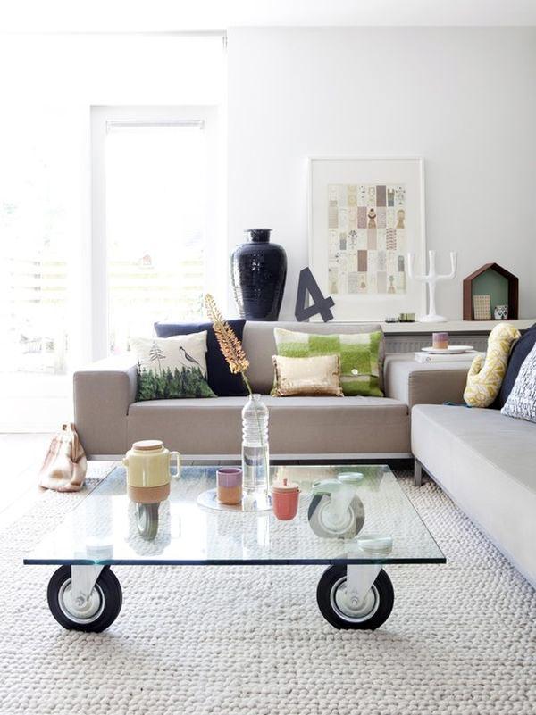 Мобильные кофейные столики на колесах в интерьере гостиной5