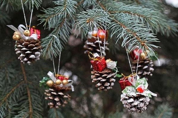 Новогодние украшения из шишек своими руками3