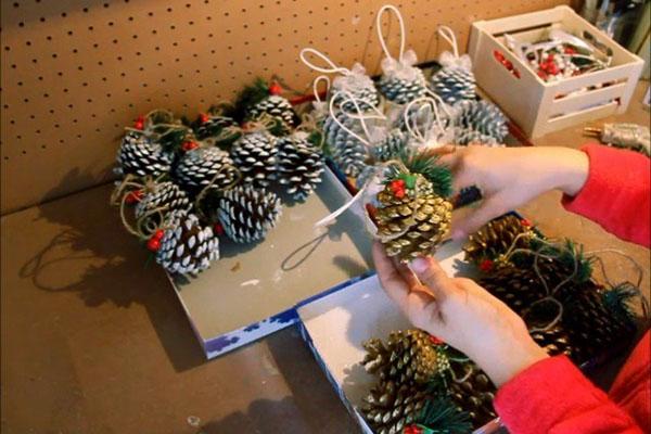 Новогодние украшения из шишек своими руками5