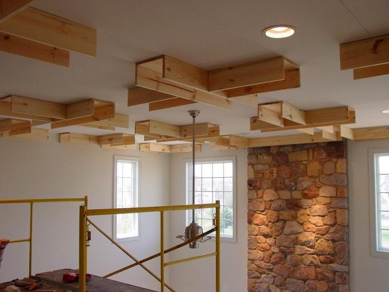 Отделка потолка самостоятельно или профессиональными строителями0