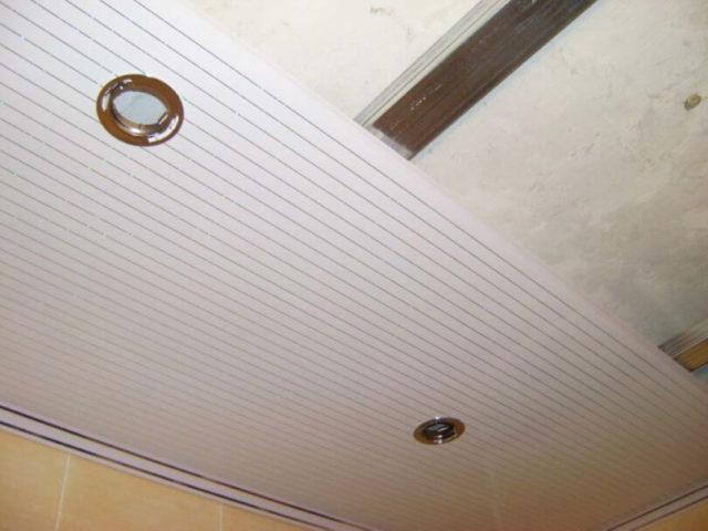 Панели для потолка в комнате: дешево и красиво0