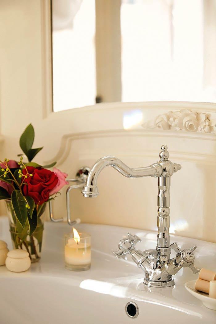 Романтическая нежность в оформлении спальни с ванной комнатой5