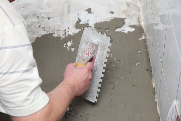 Выравнивание пола плиточным клеем: как выровнять под линолеум4