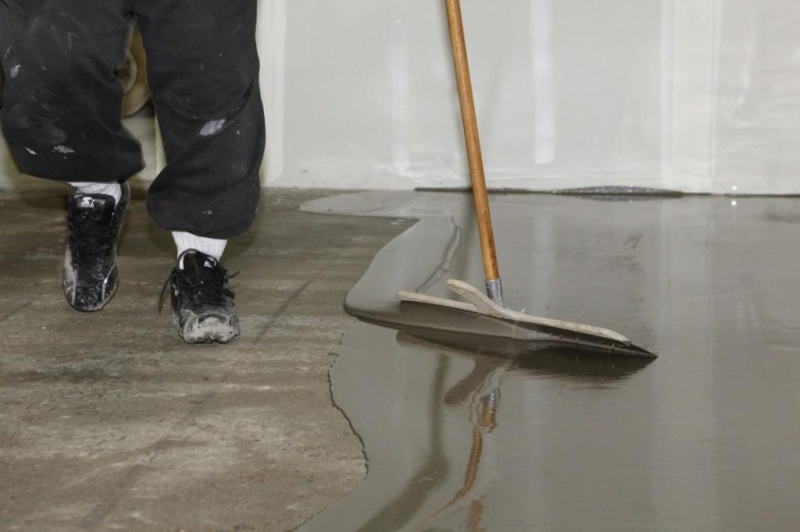 Выравнивание пола самовыравнивающейся смесью: стяжка и время высыхания наливного, лучше гипсовый и цементный6