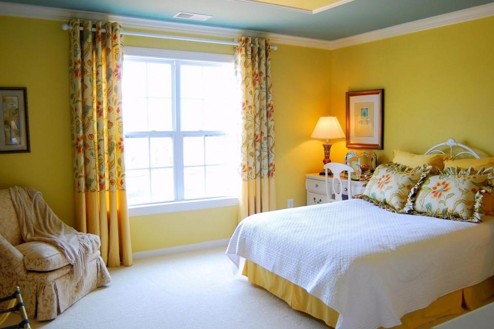 Желтые обои для спальни1