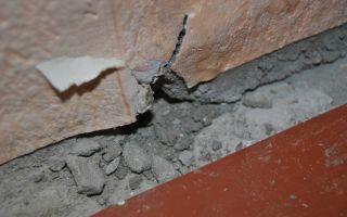 Чем заделать щель между полом и стеной под плинтусом