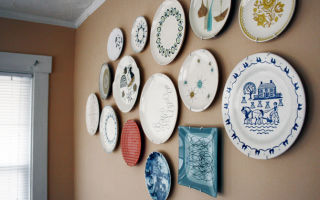 Декоративные настенные тарелки в оформлении интерьера