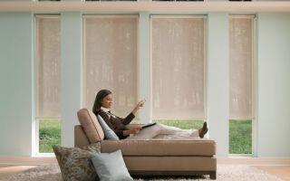 Интересные варианты оконных штор: дизайн на узкую стену с окном
