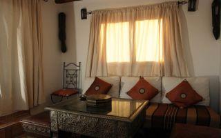 Короткие шторы в гостиную — нестандартное оформление интерьера