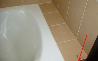 Герметизация пространства между ванной и стеной