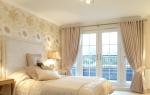 Шторы для спальни с бежевыми обоями: возможные комбинации цвета и варианты для разных комнат