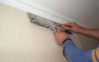 Плинтус для потолка и обои: как клеить и что сначала