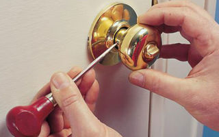 Как снять дверную ручку