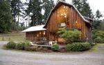 Красивый старый деревянный сарай, переделанный в уютный дом