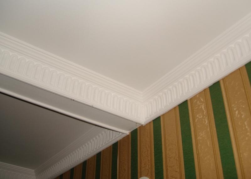 широкий ригель на потолке как обыграть фото рамках